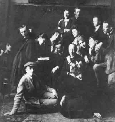 Николай Гумилёв (сидит в центре) со своими учениками из кружка «Звучащая раковина». На переднем плане — поэты Георгий Иванов и Ирина Одоевцева. 1921 г.
